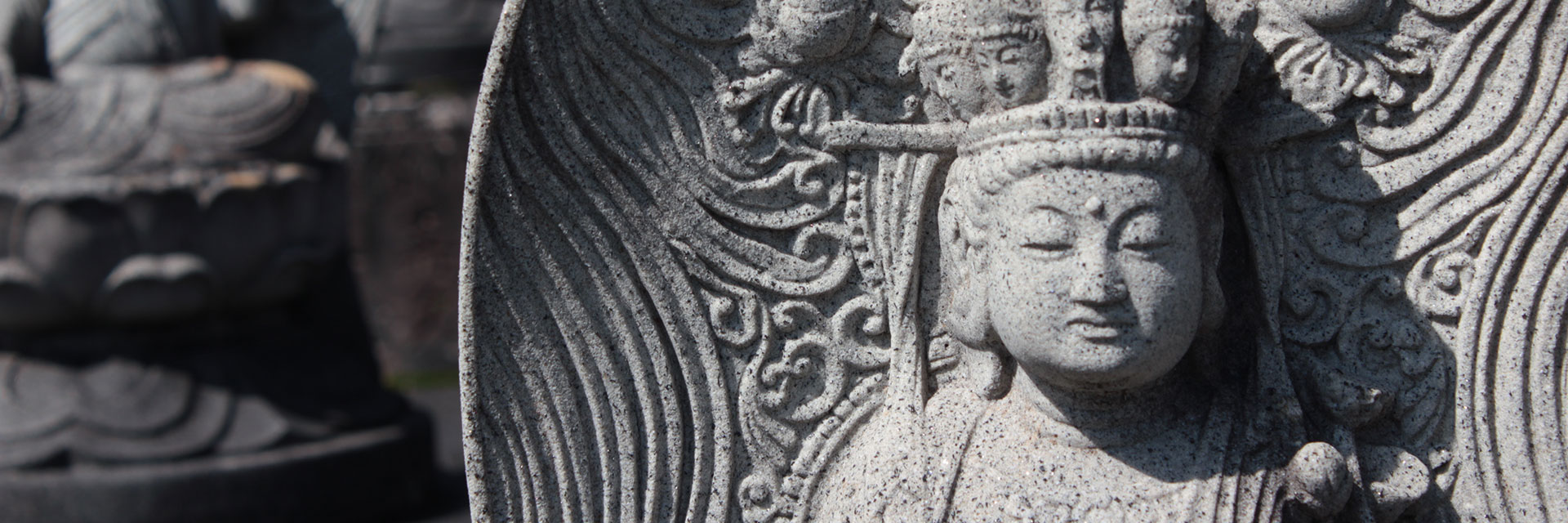 櫟野寺の山門前にある石仏の正面からの写真