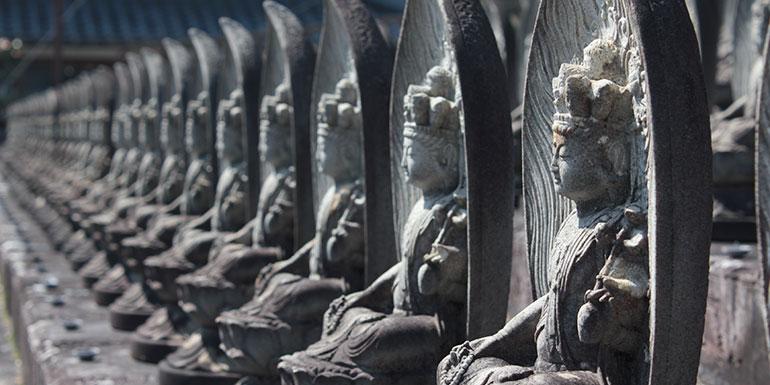 櫟野寺の山門前にある石仏