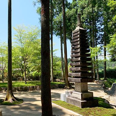 櫟苑樹木葬地の総墓である十三重の石塔